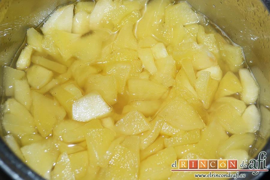 Tarta de manzana especial, añadir el azúcar avainillado y cuando estén tiernas retirar del fuego