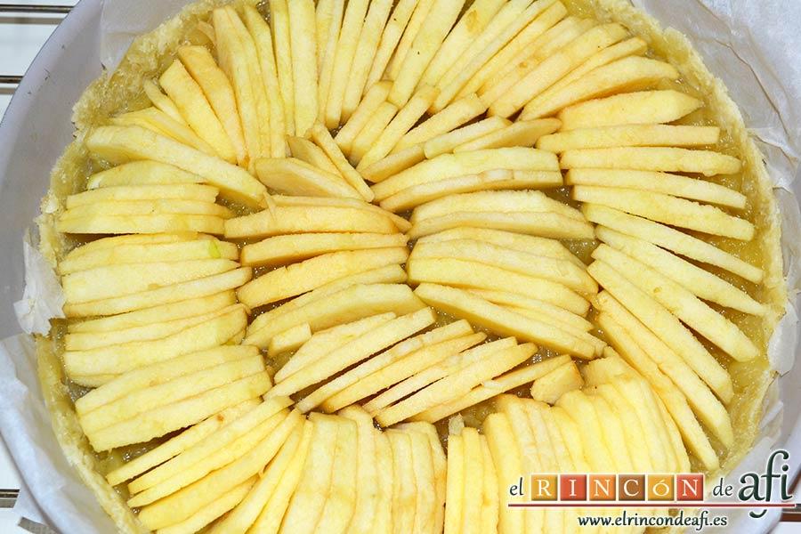 Tarta de manzana especial, pelar, descorazonar y cortar en gajos las restantes manzanas y rellenar con ellas toda la tarta