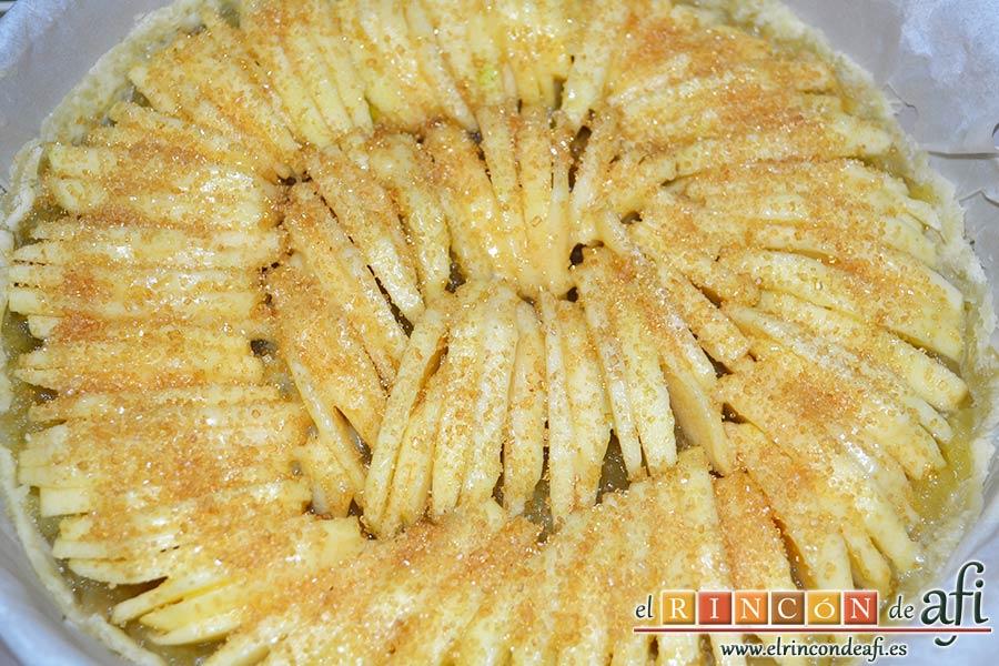 Tarta de manzana especial, espolvorear con azúcar moreno