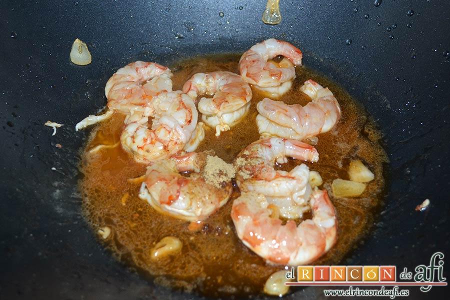 Gambones salteados con especias al wok, añadimos la sal, la pimienta, el jengibre en polvo, la salsa de soja, el zumo de limón y las gotas de Tabasco