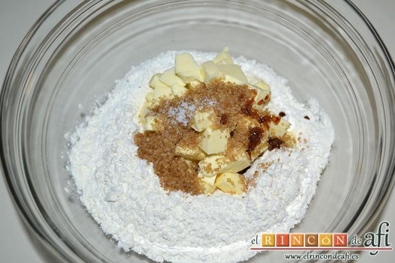 Minitartaletas de mermelada de Lorraine Pascale, formar un volcán con la harina y en el centro añadir la mantequilla, el azúcar moreno, la sal y el extracto de vainilla