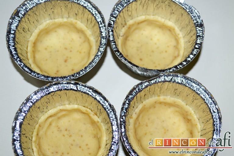 Minitartaletas de mermelada de Lorraine Pascale, poner los círculos en moldes de tartaletas y darles forma