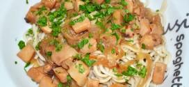 Noodles con calamares encebollados y ají
