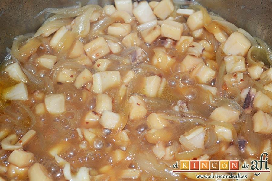 Noodles con calamares encebollados y ají, tapar y dejar que cuezan
