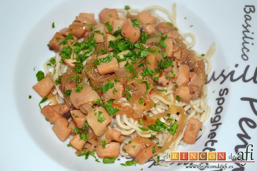 Noodles con calamares encebollados y ají, sugerencia de presentación