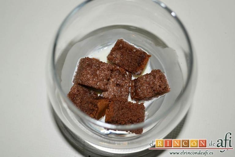 Parfait de fresas y nata, ponemos en el fondo del recipiente trozos de bizcocho de chocolate empapados en la infusión de nata