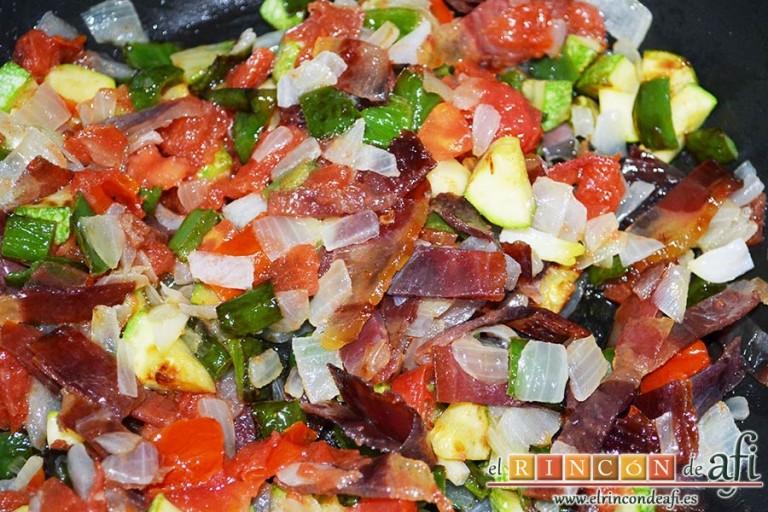 Revuelto de pisto con jamón serrano, incorporar todos los ingredientes en una sartén