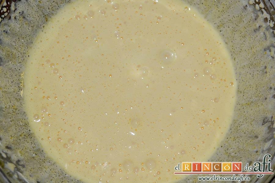 Tarta mágica de vainilla y fresas, batir bien hasta que blanquee