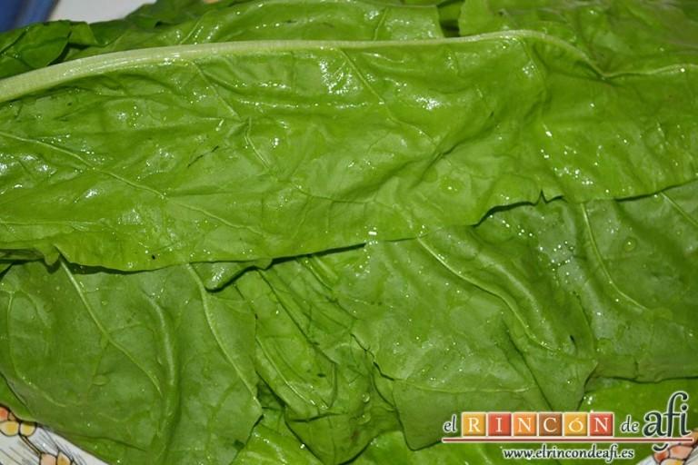 Acelgas esparragás, preparamos las acelgas separando las hojas de los tallos