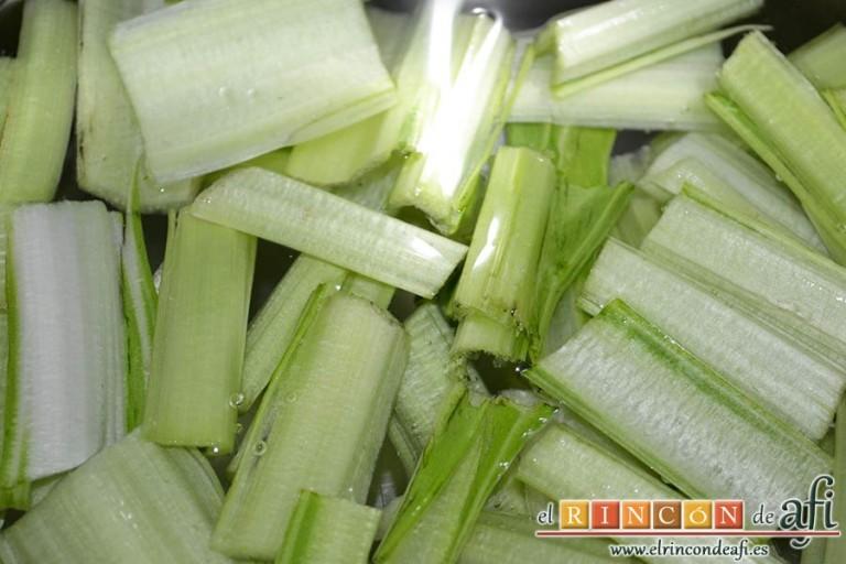 Acelgas esparragás, cortamos los tallos en trozos de 4 – 5 centímetros y los ponemos a hervir con agua y sal en una olla exprés 2 minutos