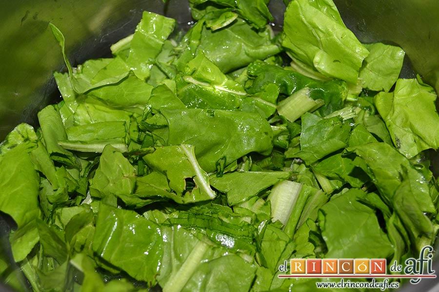 Acelgas esparragás, añadimos las hojas cortadas en trozos y las dejamos 3 minutos más