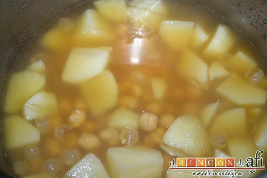 Acelgas esparragás, abrimos la olla e incorporamos las papas peladas y troceadas y dejar cocer 5 minutos