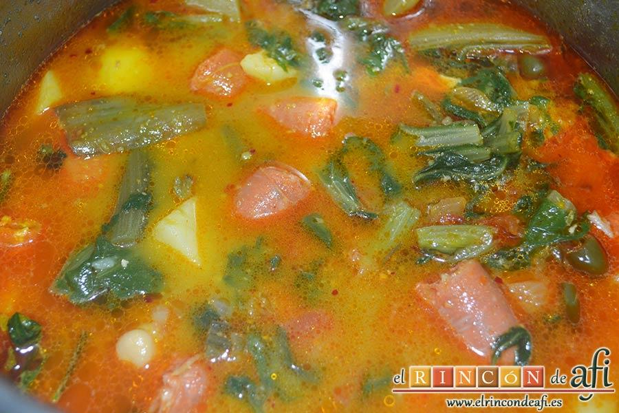 Acelgas esparragás, remover bien y dejamos cocer a fuego moderado con la olla destapada durante unos 10 minutos