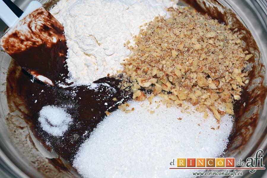Brookies, añadimos la harina, las nueces troceadas, el azúcar y la sal