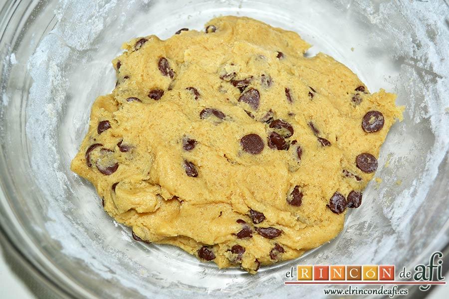 Brookies, añadir las pepitas de chocolate y mezclar bien