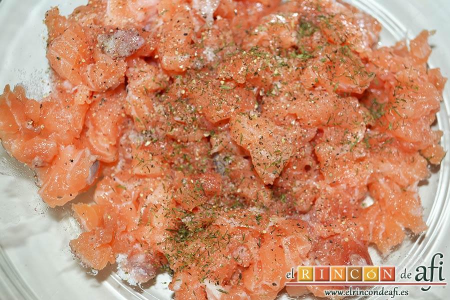 Buñuelos de salmón, espolvorear con con sal, pimientas molidas y eneldo picado