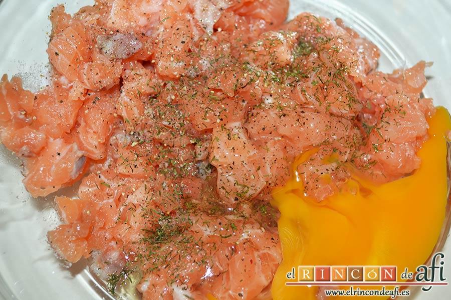 Buñuelos de salmón, añadir el huevo entero