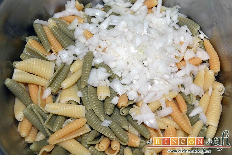 Ensalada de caracolas y confit de pato, añadir la cebolleta troceada