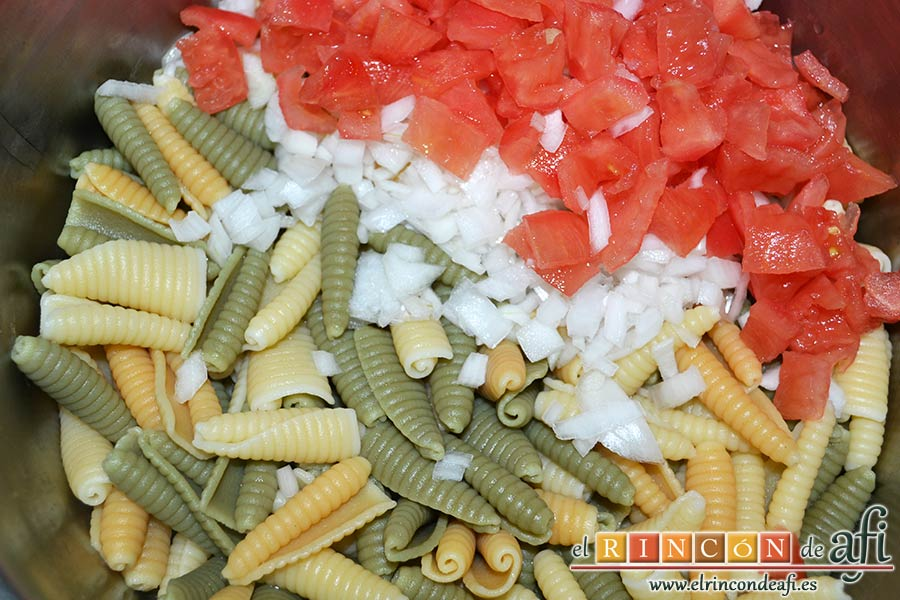 Ensalada de caracolas y confit de pato, pelar y despepitar los tomates, trocearlos y añadirlos