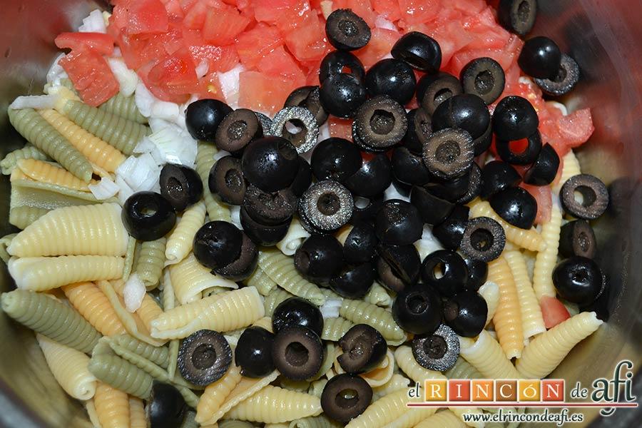 Ensalada de caracolas y confit de pato, cortar por la mitad las aceitunas negras sin hueso y añadir