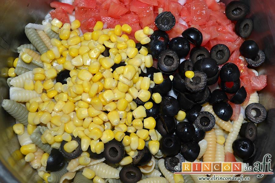 Ensalada de caracolas y confit de pato, escurrir el millo y añadirlo