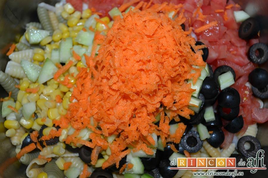 Ensalada de caracolas y confit de pato, añadir a la pasta el pepino troceado y la zanahoria rallada