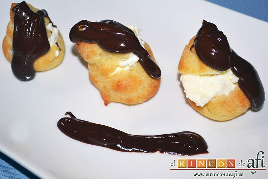 Profiteroles rellenos de nata y cubiertos con chocolate