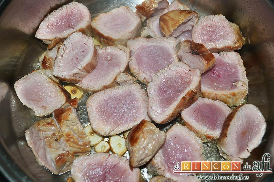 Solomillo de cerdo en salsa de naranjas y jengibre, añadirlos a la cacerola