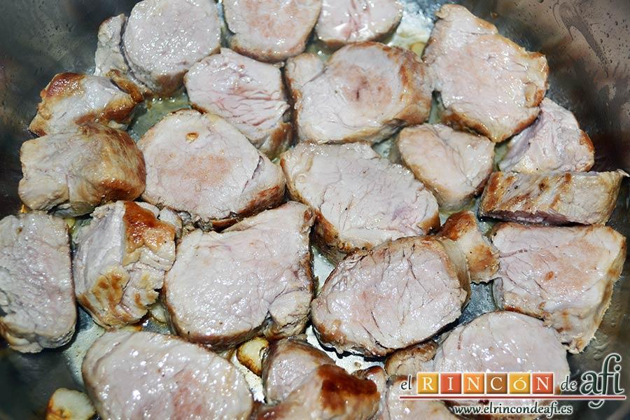 Solomillo de cerdo en salsa de naranjas y jengibre, darle la vuelta a la carne