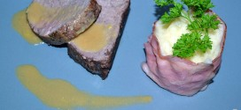 Solomillo de ternera en salsa con pastel de bacon y puré de patatas