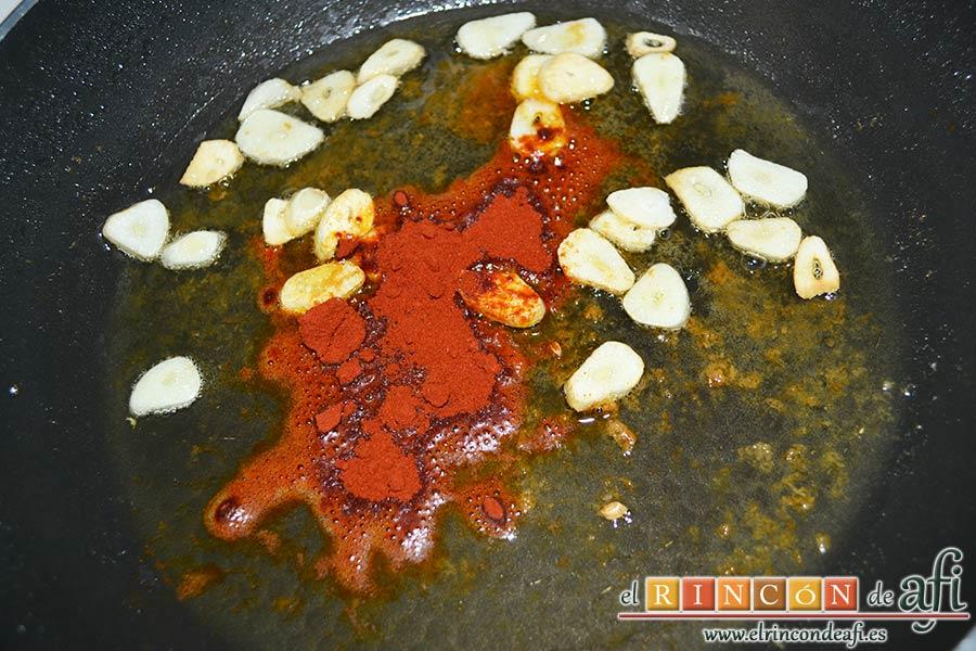 Bacalao a la tranca con pimientos asados, retirar la sartén del fuego y añadir el pimentón