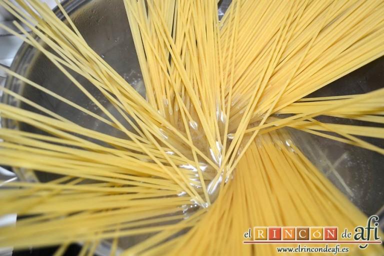 Espaguetis con carne y curry, preparar la pasta