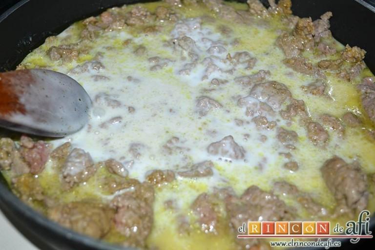 Espaguetis con carne y curry, remover bien y dejar que evapore