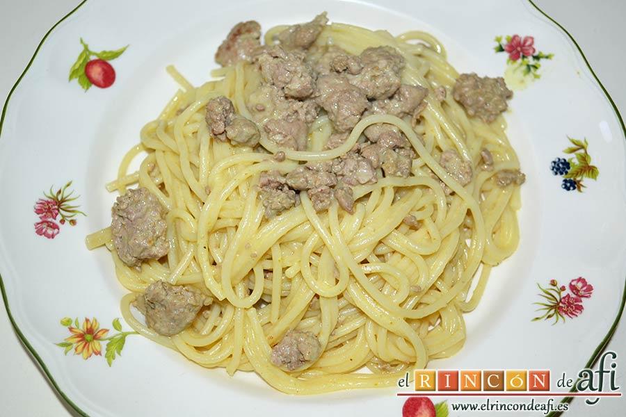 Espaguetis con carne y curry, servir sin queso rallado o con queso si se prefiere