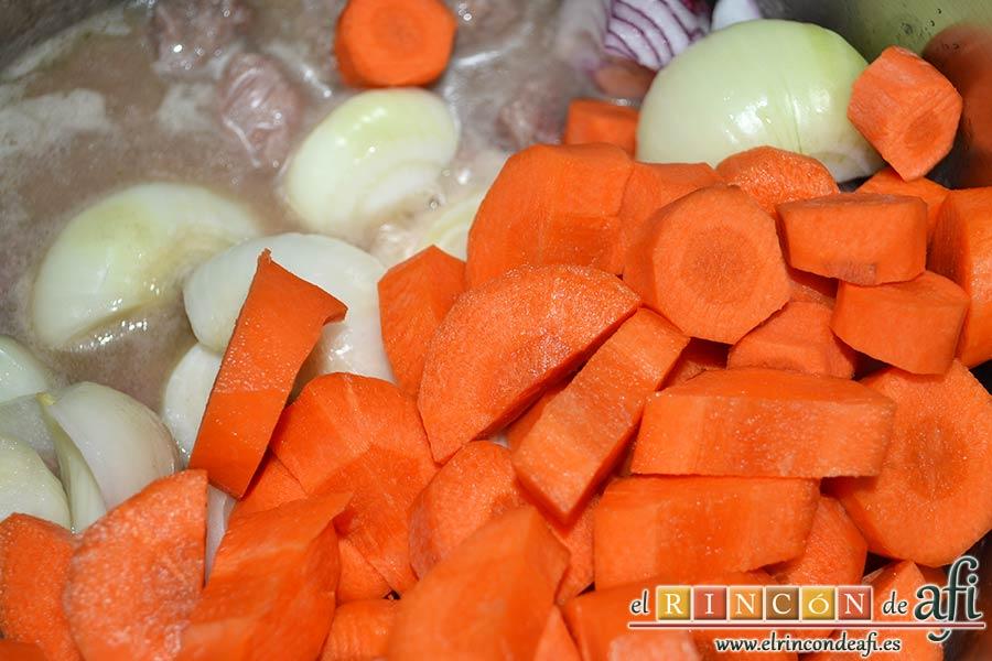 Estofado de ternera con cerveza de Gordon Ramsay, añadir las zanahorias peladas y troceadas grandes