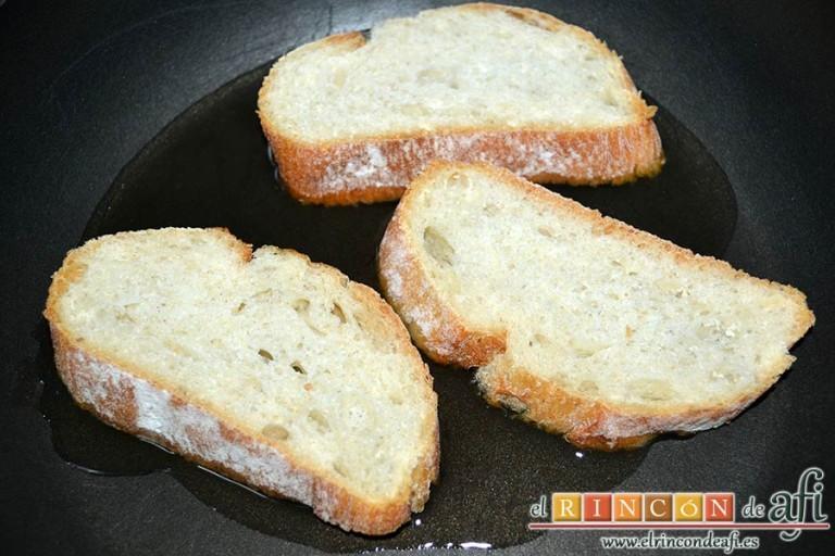 Sopa rápida, freír las rebanadas de pan