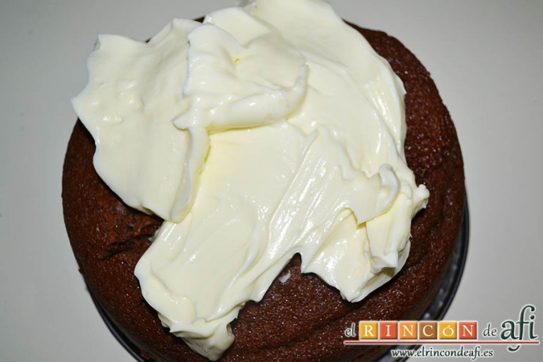 Tarta Guinness, desmoldar la tarta y cubrir con el frosting