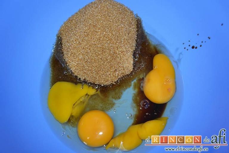 Bizcocho de membrillo, poner en un bol los huevos, el azúcar moreno y el extracto de vainilla