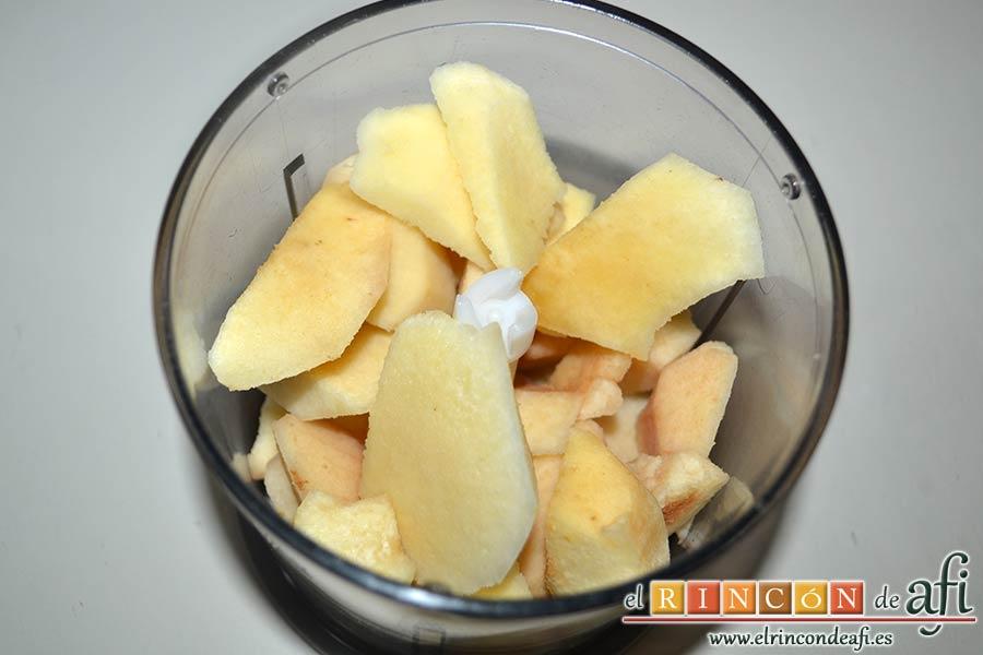 Bizcocho de membrillo, pelar y cortar el membrillo hasta obtener 300 gramos y meterlo en vaso triturador