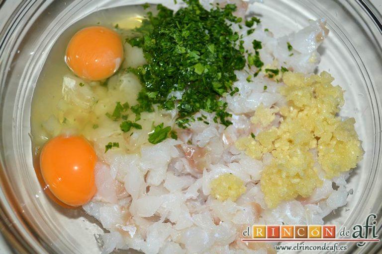 Buñuelos de bacalao, añadir los ajos pelados y machacados, el perejil picadito y los 2 huevos