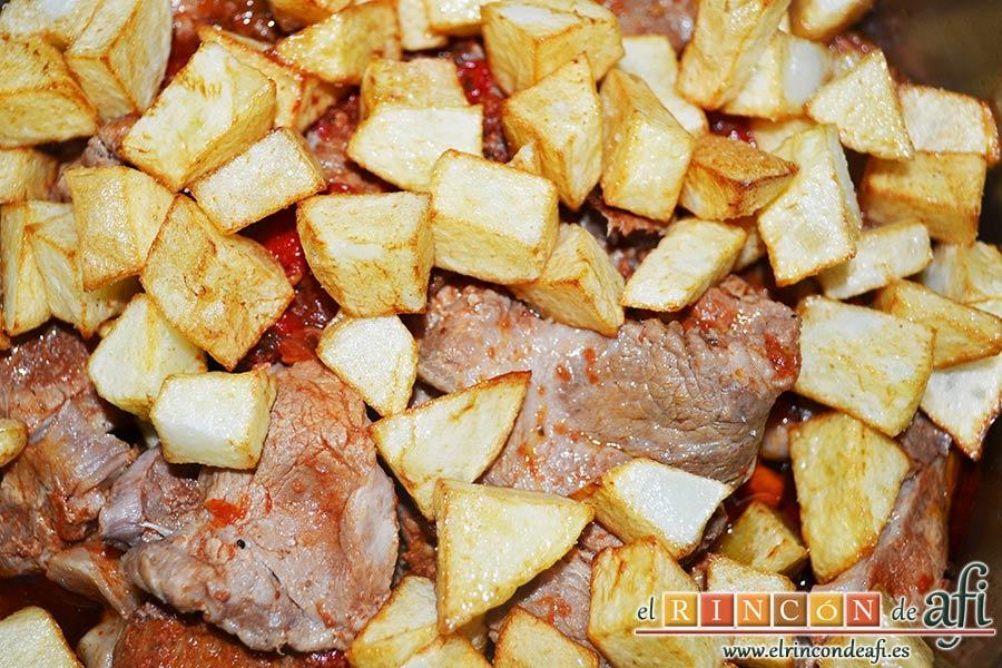Chuletas de cerdo de cuello en salsa, añadir las papas fritas en cuadrados