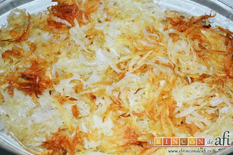 Costillas marinadas y costra de papas, freír y ponerlas en una bandeja de horno