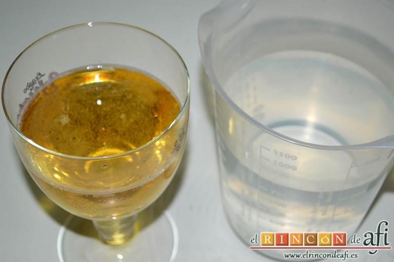 Crema de cebolla con cerveza, preparar el agua y la cerveza