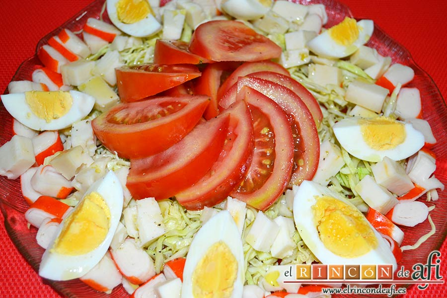 Ensalada con tomate, huevos, queso, col y palitos de cangrejo