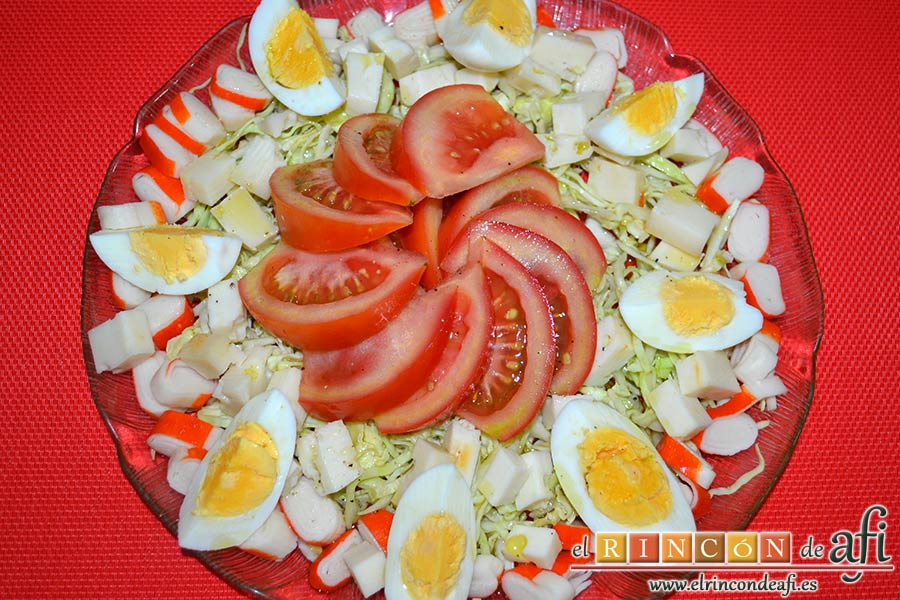 Ensalada con tomate, huevos, queso, col y palitos de cangrejo, sugerencia de presentación