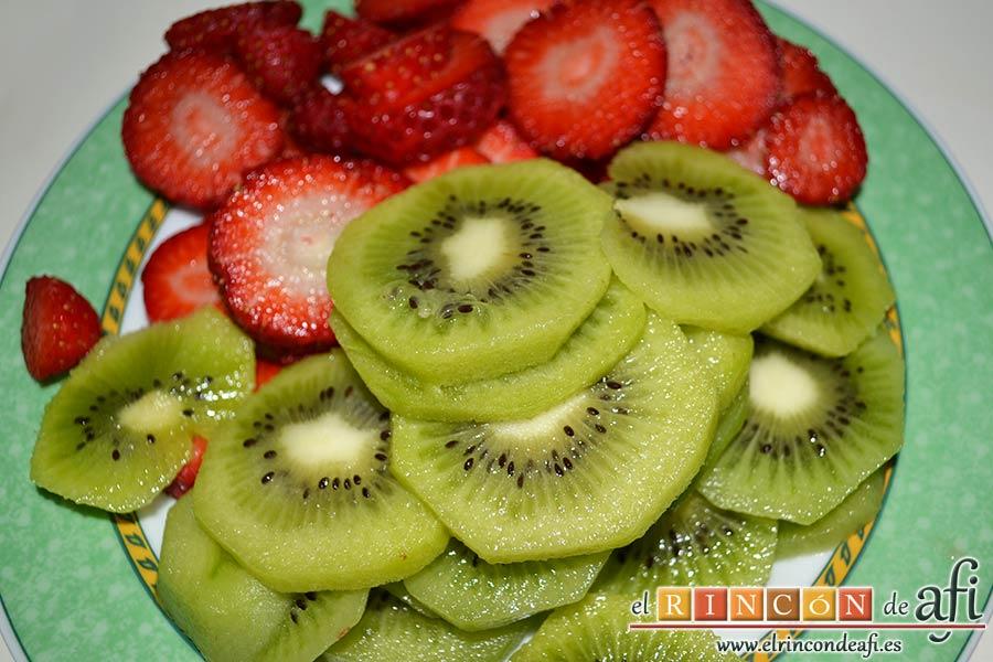 Hojaldre con frutas variadas, pelar los kiwis, cortarlos en rodajas al igual que las fresas