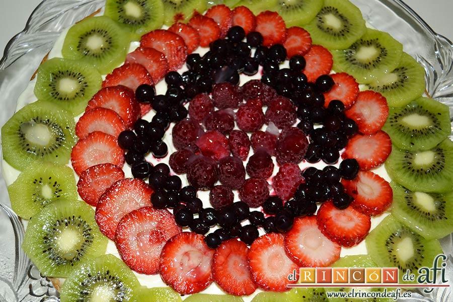 Hojaldre con frutas variadas, extender la crema sobre el hojaldre y decorar con las frutas