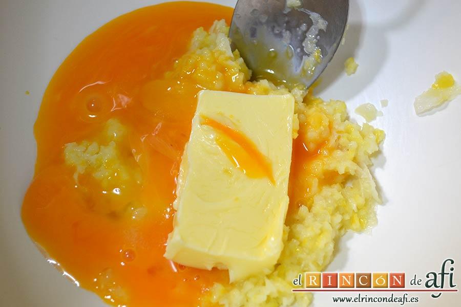 Pudin de limón, en un bol ponemos el limón triturado y añadimos las yemas de huevo y la mantequilla en pomada