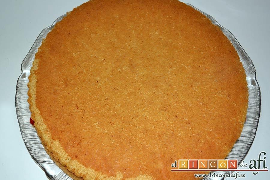 Tarta de fresas y nata, poner encima el segundo bizcocho y mojarlo con almíbar