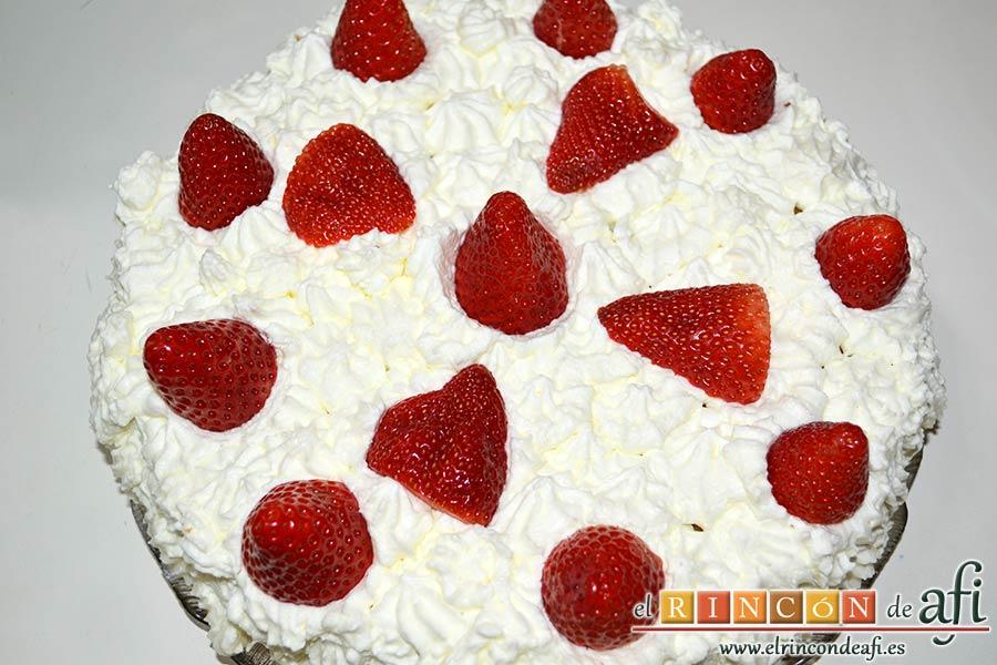 Tarta de fresas y nata, decorar con fresas